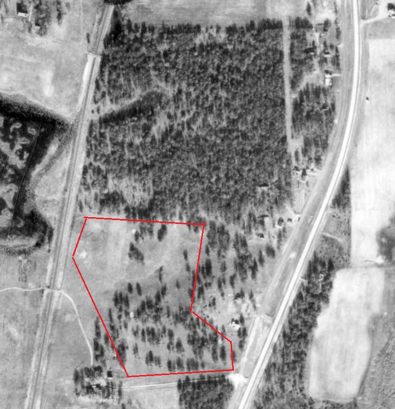 Edgewood area of Cambridge, 1953 aerial photo. This photo would have been taken a few years after Shady Oaks closed. Area inside the red border is approximate area of the golf course. A number of sites of the old greens are clearly visible as small, bright circles. Base photo courtesy of Minnesota Department of Natural Resources.